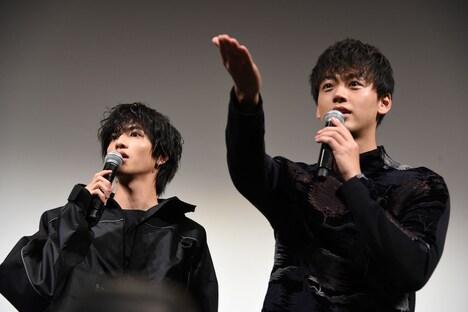 観客のユニフォームを観察する志尊淳(左)と竹内涼真(右)。