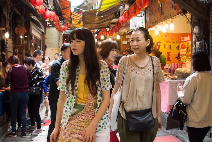 左からモトーラ世理奈、大島葉子。