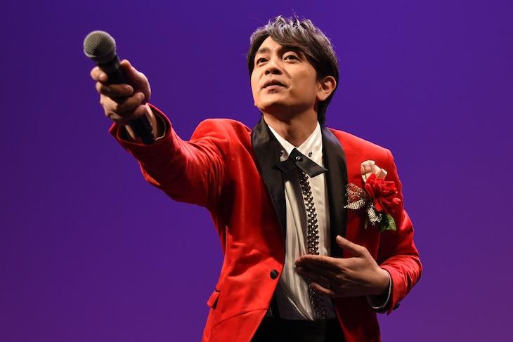 横山田ヒロシになりきってリサイタルを展開する青柳翔。