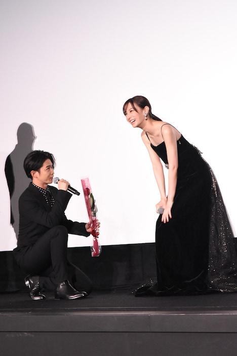 北川景子(右)にひざまずく千葉雄大(左)。