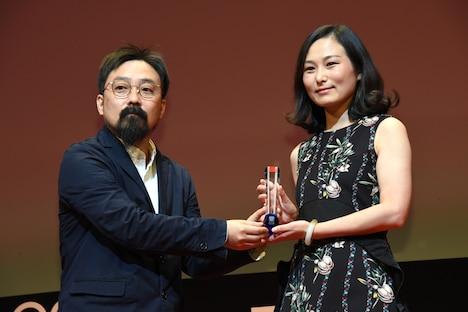 「はじめての別れ」でアジアの未来部門の作品賞を獲得したリナ・ワン(右)と同部門の審査員を務めた山下敦弘(左)。