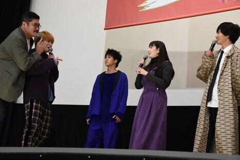 """""""志尊淳(右端)の男気あふれるエピソード""""を言うよう促されるも、忘れてしまっていた西銘駿(左から2番目)。"""