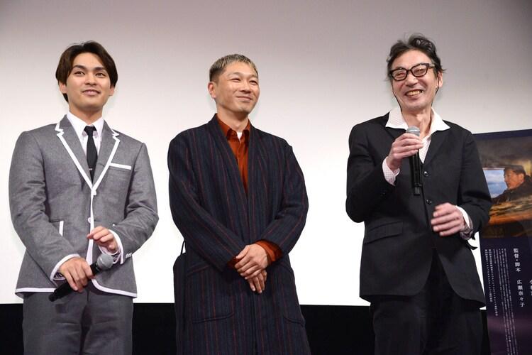 左から柳楽優弥、YOUNG DAIS、鈴木常吉。