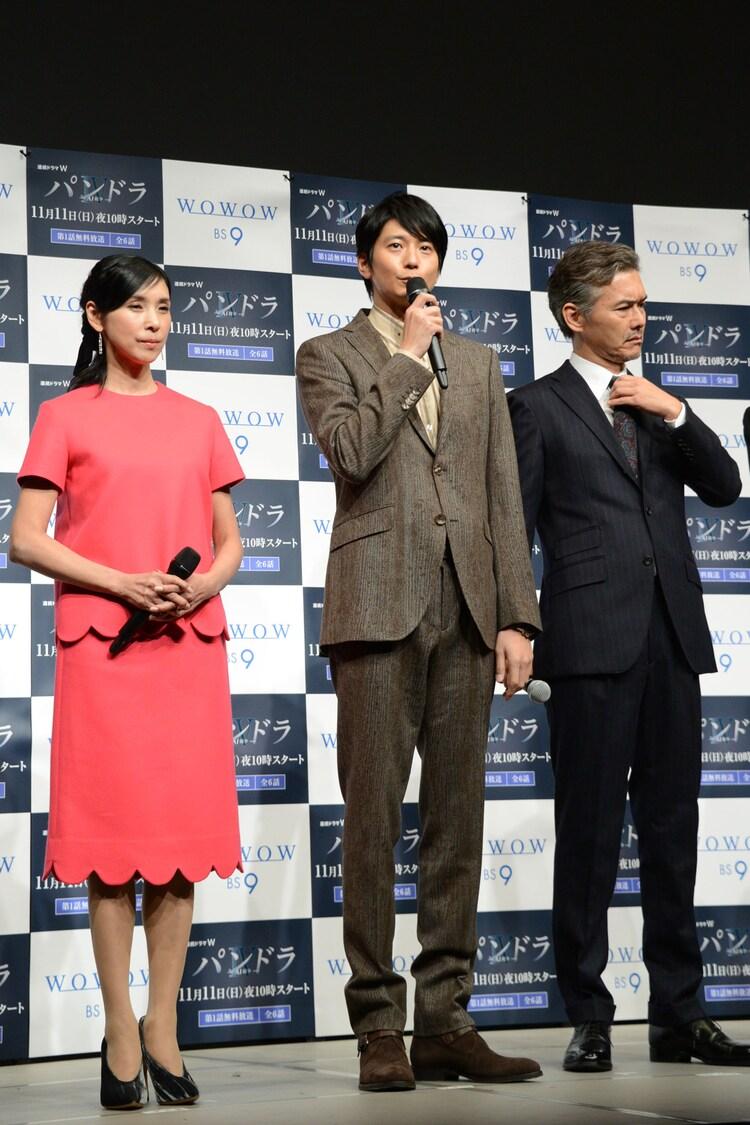 左から黒木瞳、向井理、渡部篤郎。