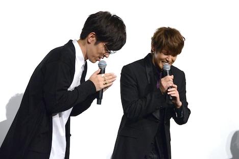 祈りのポーズをする櫻井孝宏(左)と宮野真守(右)。