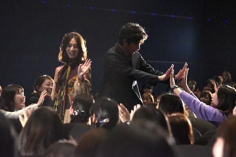 客席通路を通って登壇した北川景子(左)と田中圭(右)。