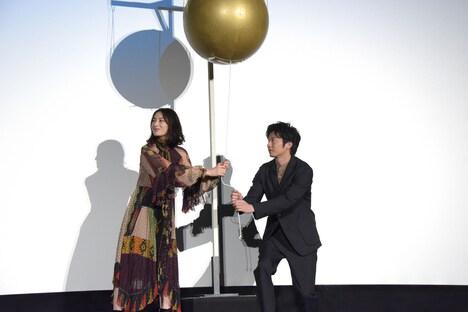 くす玉を割ろうと身構える北川景子(左)と田中圭(右)。