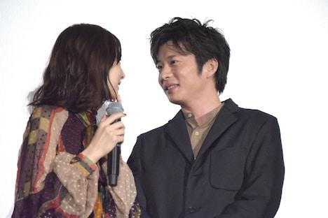 小声で話す北川景子(左)と田中圭(右)。