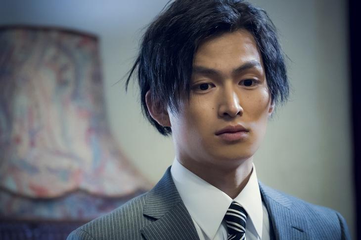 松田凌演じる黒ネクタイの男。