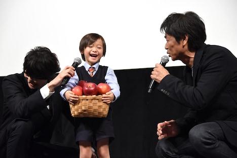 左から岡田将生、田中レイくん、時任三郎。