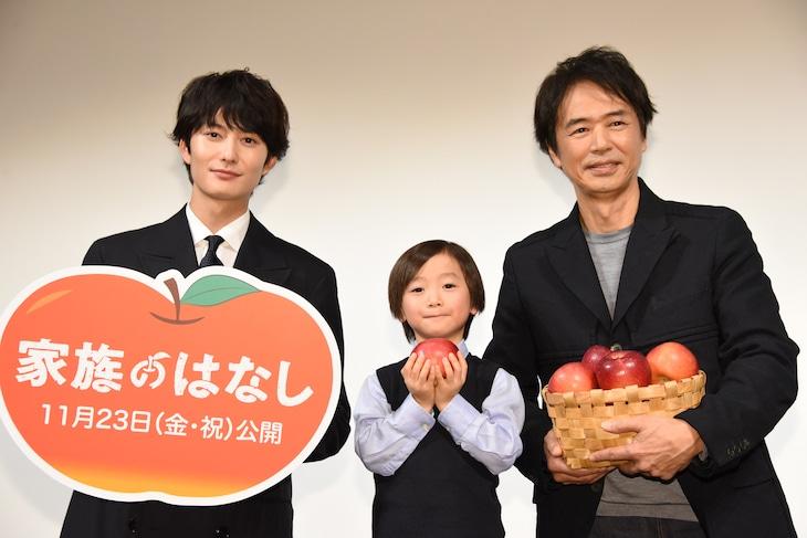 「家族のはなし」親子特別試写会の様子。左から岡田将生、田中レイくん、時任三郎。