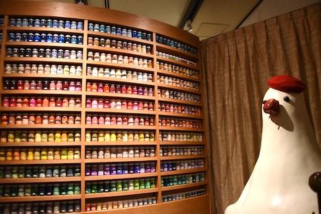 映画制作に使用された580色の絵の具瓶と見張り番を務めるパン種。