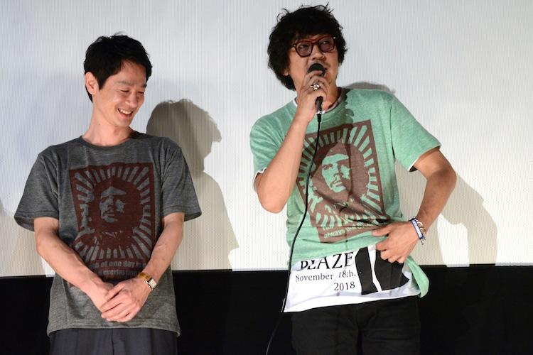 自身のバンドのTシャツを見せる大森南朋(右)。