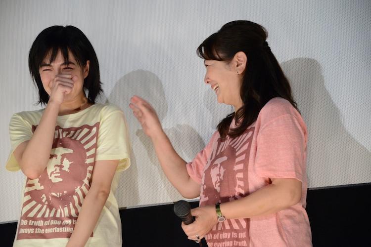 原日出子(右)からの手紙に感動する木竜麻生(左)。