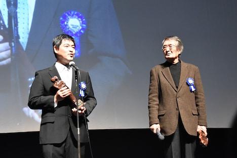左から沖田修一、山崎努。