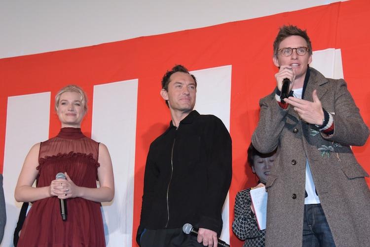 左からアリソン・スドル、ジュード・ロウ、エディ・レッドメイン。