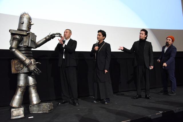 左からロボオ、荒川良々、山田孝之、佐藤健、山下敦弘監督。