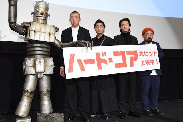 「ハード・コア」初日舞台挨拶の様子。左からロボオ、荒川良々、山田孝之、佐藤健、山下敦弘監督。