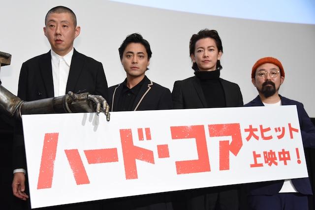 左から荒川良々、山田孝之、佐藤健、山下敦弘監督。