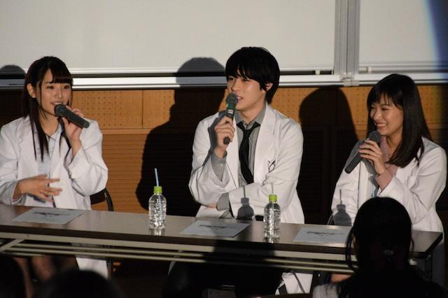 第69回むつめ祭のトークイベントにて、左から浅川梨奈、西銘駿、矢野優花。