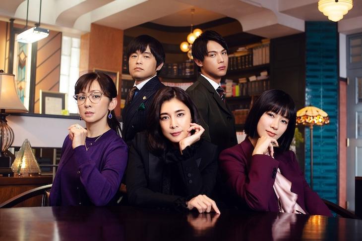 前列左から斉藤由貴、竹内結子、水川あさみ。後列左からバカリズム、中川大志。(c)フジテレビ