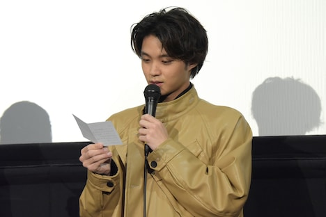 SNSで募集した質問を読み上げる磯村勇斗。