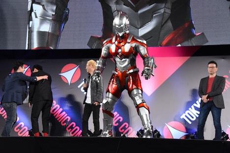 ステージに現れたULTRAMAN(手前)と、驚いてむせる濱田龍臣(左から2番目)。