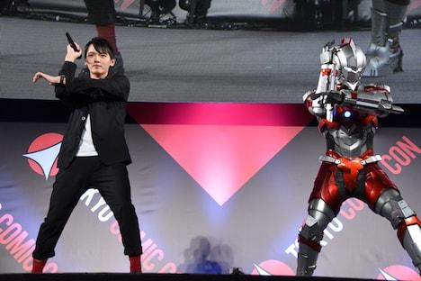 スペシウム光線のポーズを披露する濱田龍臣(左)とULTRAMAN(右)。
