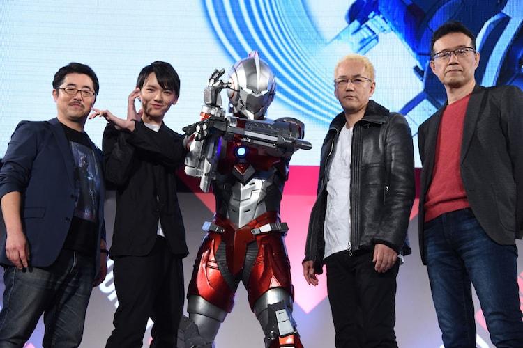 「ULTRAMAN」スペシャルファンミーティングの様子。左から司会の白石稔、濱田龍臣、ULTRAMAN、神山健治、荒牧伸志。