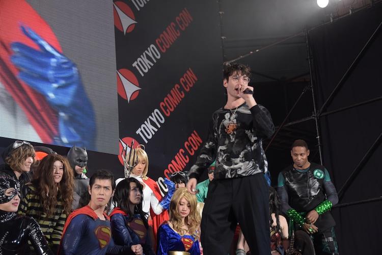 「DC COSPLAYERS LEAGUE 2018」に登壇したエズラ・ミラー。