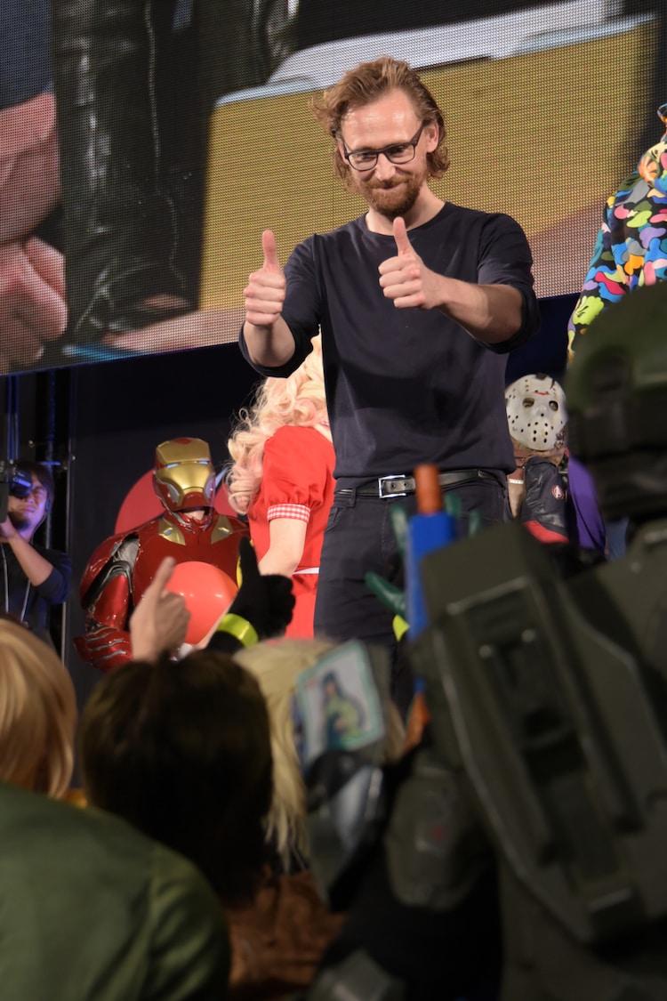 ファンと交流するトム・ヒドルストン(中央)。