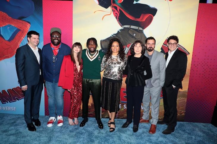 「スパイダーマン:スパイダーバース」ワールドプレミアの様子。左からプロデューサーのクリストファー・ミラー、ブライアン・タイリー・ヘンリー、キミコ・グレン、シャメイク・ムーア、ローレン・ルナ・ベレス、リリー・トムリン、ジェイク・ジョンソン、脚本と製作を担当したフィル・ロード。