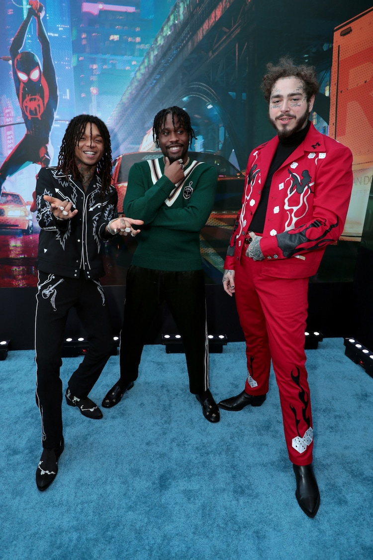 シャメイク・ムーア(中央)と、主題歌「サンフラワー」を担当したポスト・マローン(右)、スワエリー(左)。