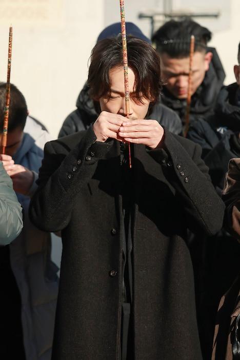 安全祈願のお祈りをする綾野剛。