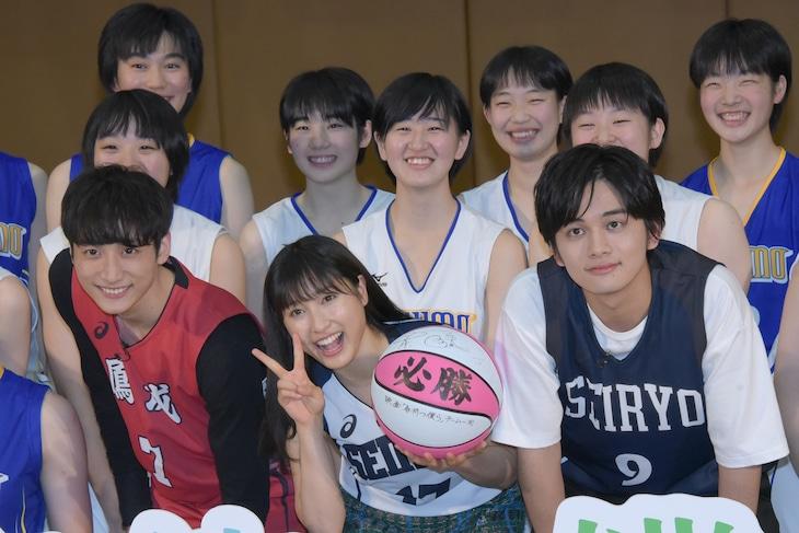 「春待つ僕ら」バスケ部激励イベントの様子。手前左から小関裕太、土屋太鳳、北村匠海。