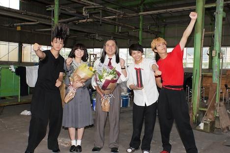 """""""椋木先生""""を演じたムロツヨシ(中央)と赤坂理子を演じた清野菜名(中央左)のクランクアップ写真。"""