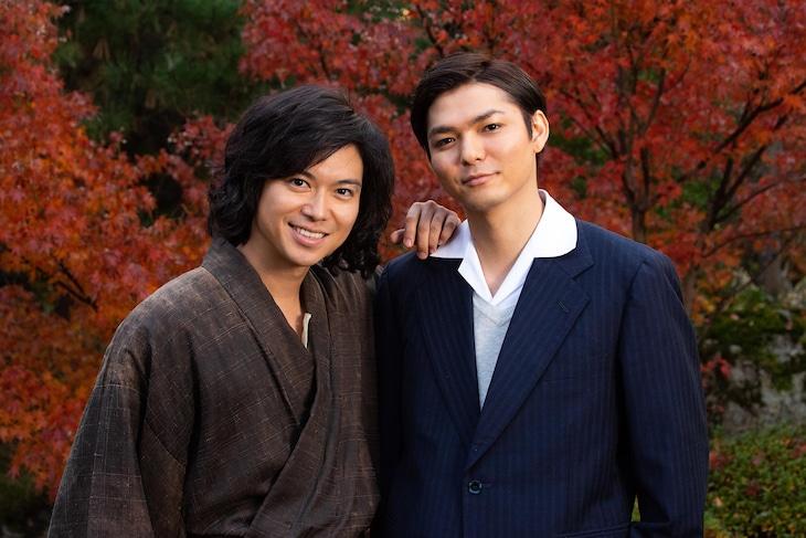 左から金田一耕助役の加藤シゲアキ、多田浩二役の薮宏太。
