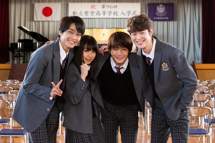 「僕の初恋をキミに捧ぐ」クランクイン時。左から佐藤寛太、桜井日奈子、野村周平、宮沢氷魚。