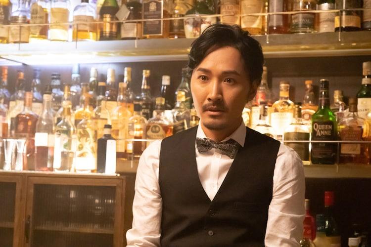 「シリーズ怪獣区 ギャラス」より、山本康平演じるバーのマスター。
