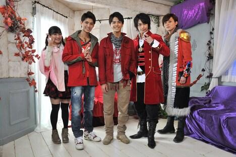 左から森高愛演じるカグラ、西川俊介演じる伊賀崎天晴、中尾暢樹演じる風切大和、小澤亮太演じるキャプテン・マーベラス、岸洋佑演じるスティンガー。