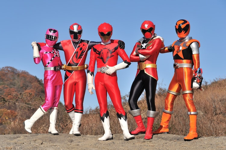 左からトッキュウ5号、アカニンジャー、ジュウオウイーグル、ゴーカイレッド、サソリオレンジ。