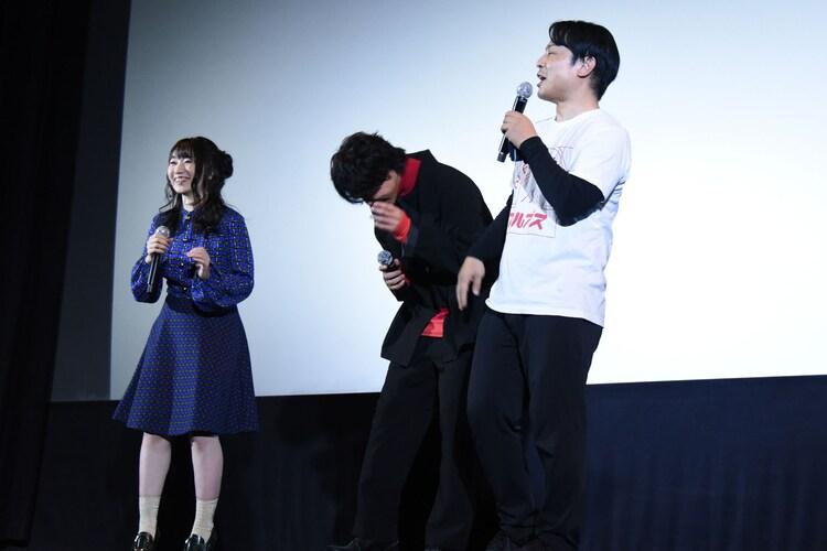 水樹奈々(左)の前で主題歌を歌い、照れる佐野岳(中央)。