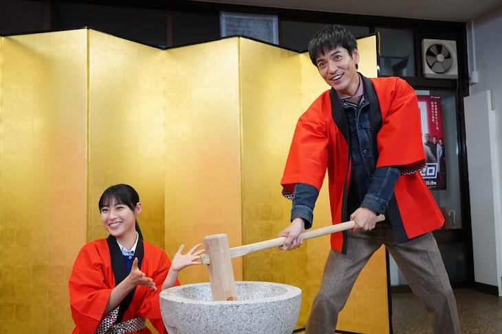 「刑事ゼロ」制作発表記者会見にて、餅つきを行う瀧本美織(左)と沢村一樹(右)。