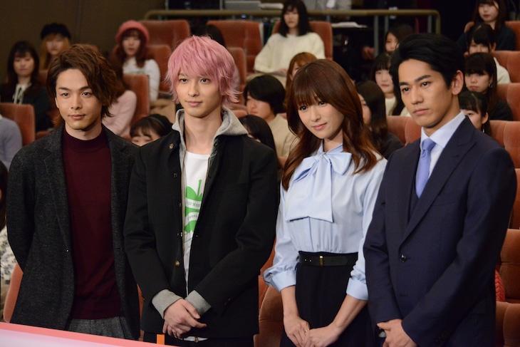 ドラマ「初めて恋をした日に読む話」試写会の様子。左から中村倫也、横浜流星、深田恭子、永山絢斗。