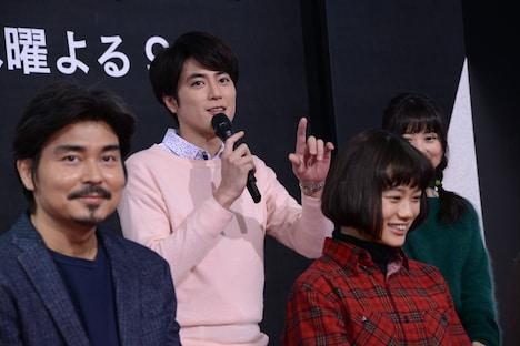 間宮祥太朗(左から2番目)