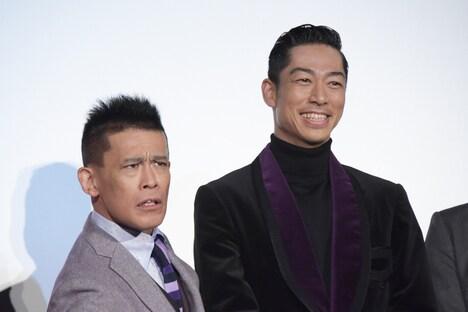 19歳のAKIRAの顔まねをする柳沢慎吾(左)。