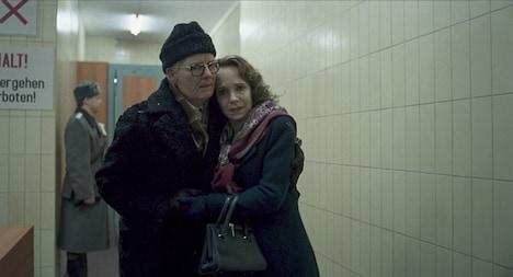 「サスペリア」より、左からティルダ・スウィントン演じるクレンペラー博士、ジェシカ・ハーパー扮するアンケ。