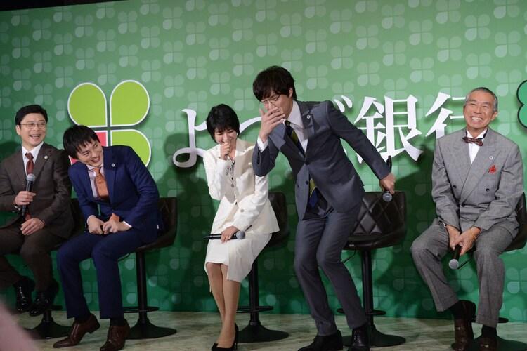ギックリ腰防止のくしゃみを披露する丸山隆平(中央右)。