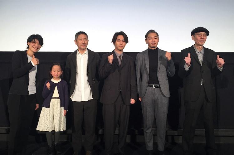 「夜明け」公開記念舞台挨拶の様子。左から広瀬奈々子、高木美嘉、小林薫、柳楽優弥、YOUNG DAIS、鈴木常吉。