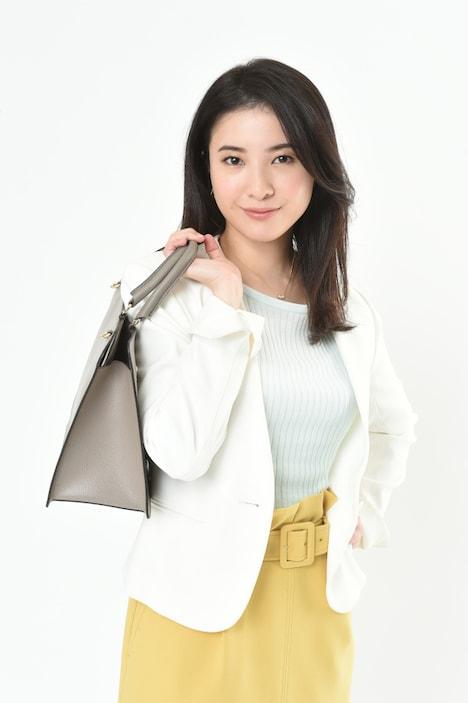 東山結衣を演じる吉高由里子。(c)TBS
